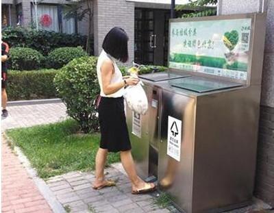 能自动扫描二维码并开启相应垃圾箱,如厨余或者其他垃圾.